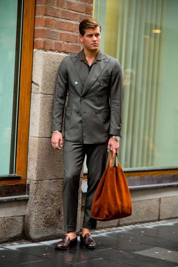 カーキダブルスーツ×カーキシャツ×ブラウンタッセルローファー