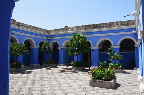 Von hellblauen Mauern und Pfeilen umgebener Innenhof.