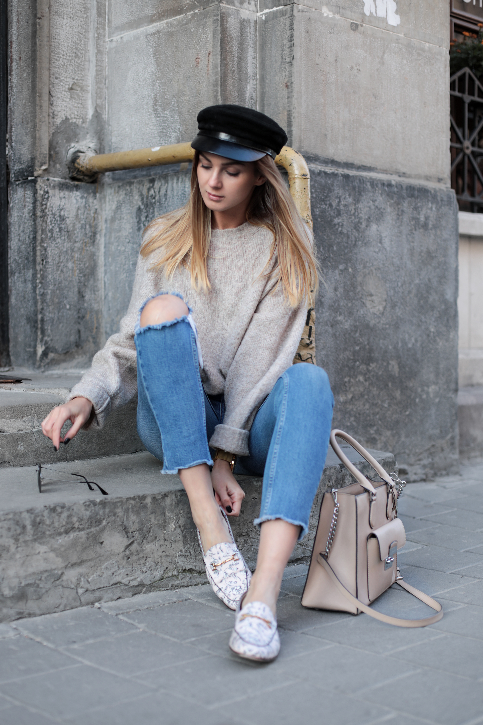 beige-knit-sweater-outfit-ideas-street-style