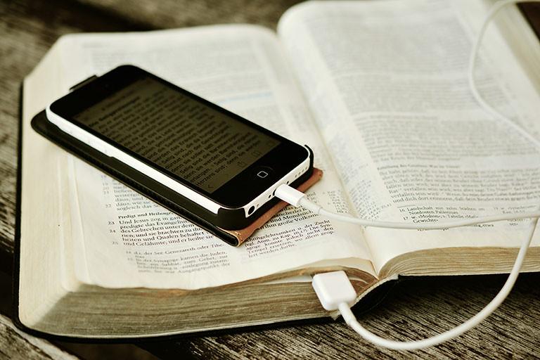 手機與書本,有同樣的知識內容,卻是不同的媒介