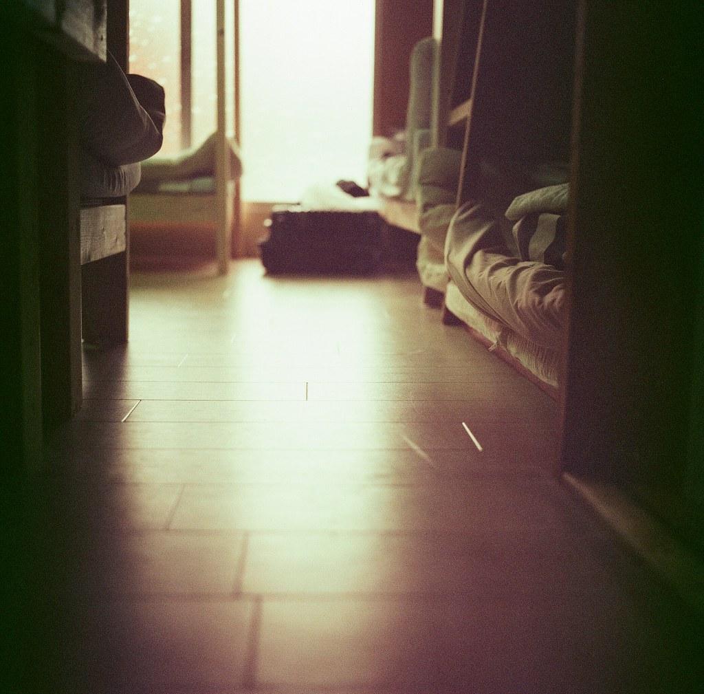 鎌倉 Kamakura, Japan / Lomography ISO800 / Minolta AUTOCORD 入宿的時候只有我一個人在屋子裡,喘一口氣,想想最後還是來了鎌倉一趟。我想回憶那年鐵道的聲音、車廂的光影與兩旁靠的好近好近的建築。  閉上眼睛聽聽這屋子的聲音,踩踏著木地板,再聽聽自己的呼吸。  我把焦距對在地板反射的區塊上,想像著拍攝倒影的另外一面。我想把最細微的那一刻收藏起來。  鐵軌的聲音靠近了,按下快門,我回來了!  Minolta AUTOCORD Lomography Color Negative 800 120mm 2345-0008 2017-09-27 Photo by Toomore