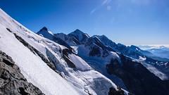 Zbocza opadające na wschód z południowo-zach. grani Tetnuldi 4858m. Widać szczyty: Katinau 4979m., Jangha 5059m., Shkhara 5068m. Ailama 4547m i Tsurungali 4250m