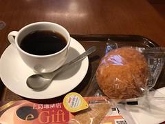 ブレンドコーヒーとカレーパン