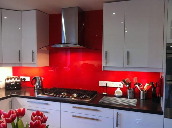 Kính màu cường lực được gia công theo kích thước thực tế của tường bếp nhà bạn