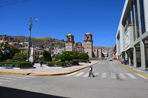 Blick über die Plaza de Armas zur Kathedrale von Puno