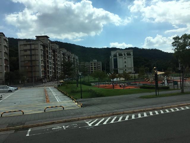 看到漂亮的社區與公園就會很想查看看房價XD