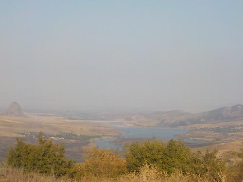 輪行中。湖の向こうはアゼルバイジャンです。