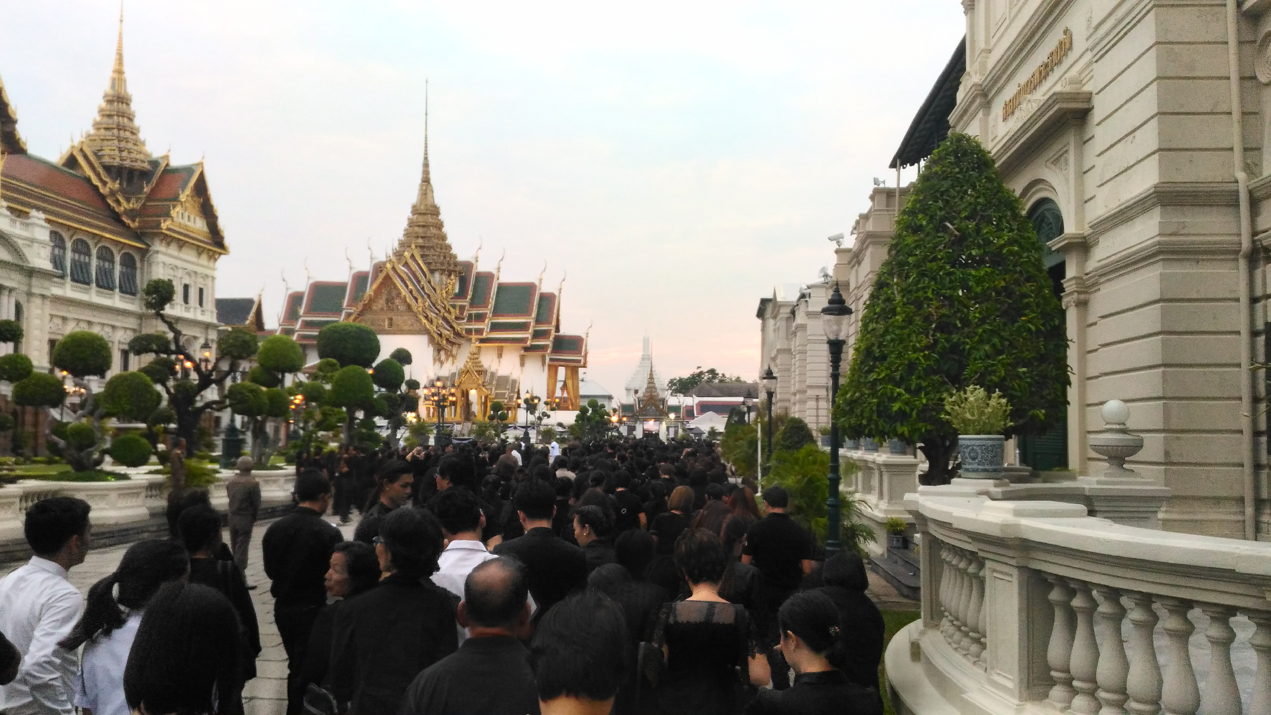 Queue at the Grand Palace in Bangkok to pay respects to His Majesty the late King Bhumibol Adulyadej. Photo taken on January 23, 2017