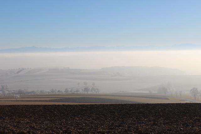 Blick vom Witthoh auf der Schwäbischen Alb über den im Nebel versteckten Bodensee und den Alpen in der Ferne