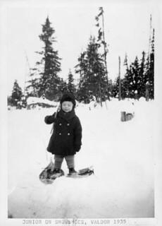 Junior on snowshoes, Val-d'Or, Quebec / Enfant sur des raquettes, Val-d'Or (Québec)