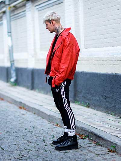 赤ダブルライダース×adidas黒トラックパンツ×黒ブーツ