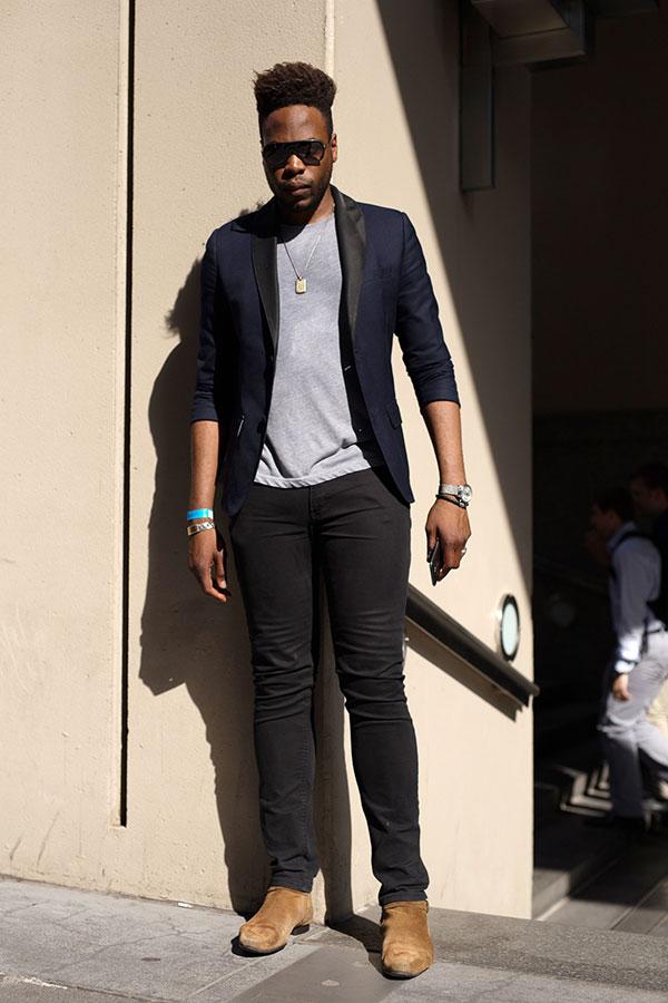 紺テーラードジャケット×グレー無地Tシャツ×黒パンツ×キャメルスエードブーツ
