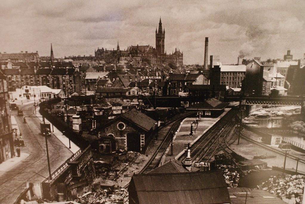 Vue du quartier de Partick près de Castlebank street, paysage industriel dominé par la tour de l'Université de Glasgow en arrière plan.