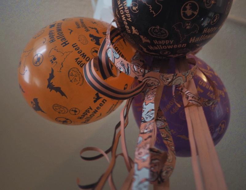 halloween-palloja-serpentiiniä-koristelua