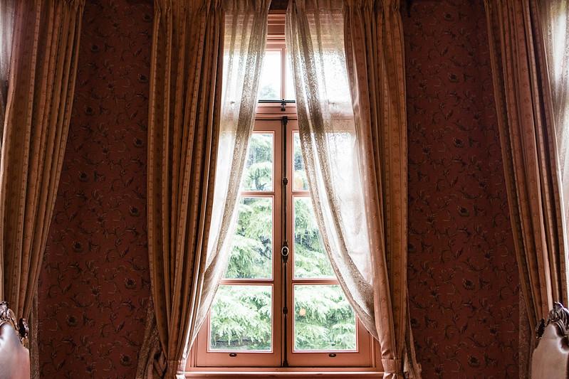 旧岩崎邸の室内、窓とカーテン