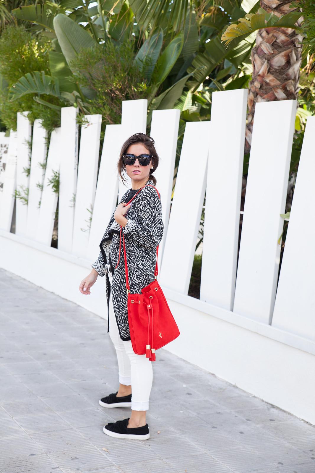 theguestgirl laura santolaria influencer barcelona spain bolso rojo