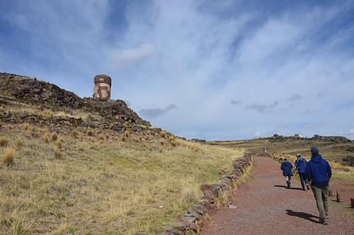 Der Weg zur Nekropole führt um eine Bergkuppe herum.
