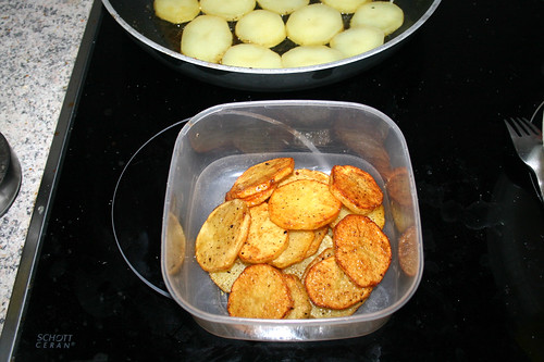 27 - Gebratene Kartoffelscheiben aus Pfanne entnehmen / Take fried potato slices from pan