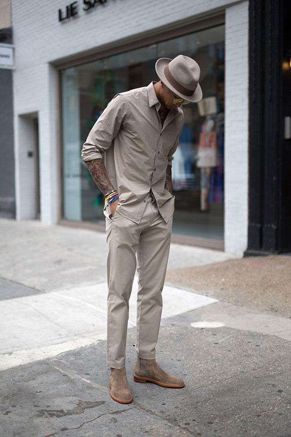 グレイッシュブラウンハット×グレイッシュブラウンシャツ×チノパン×ベージュスエードサイドゴアブーツ