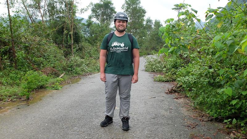 Atención al casco y al camino; ¿qué podía salir mal?