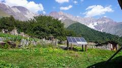 Energia elektryczna we wioesce Zeskho jest dostarczana głównie z paneli słonecznych. Szczyty Savi Utsnobi (Czarna Nieznajoma) 4114m - Tetri Utsnobi (Biała Nieznajoma) 4049m. Dalej szczyt Zeskho 3792m
