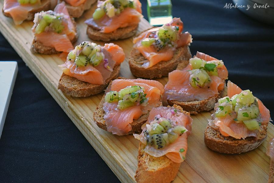 Tostas de salmón y kiwi