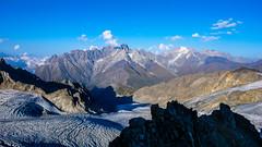 Widok z północno- wschodniej grani Marjanishvili na północ. Lodowiec Aghashtan i rejon Kabardino-Balkiria (Rosyjska Federacja)