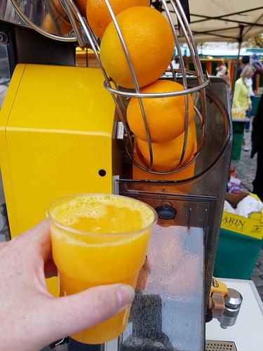 Frisch gepressten Orangensaft (auf dem Osnabrücker Wochenmarkt)