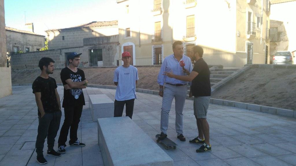 El Alcalde de Coria se reúne con los aficionados al skate y busca nuevos espacios para practicar este deporte