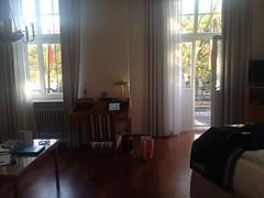 Schloßhotel Karlsruhe, mit fast eigener Terrasse. Schwerer Kies darauf, ich werde drüber schreiben. Meere.