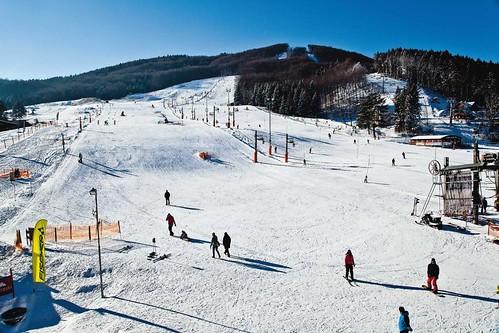 Lyžujte v lyžařském areálu SNOWLAND VALČIANSKÁ DOLINA s 50 % slevou