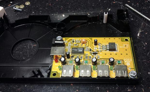 Un vieux lecteur VHS portable magnifiquement détourné par une Raspberry Pi