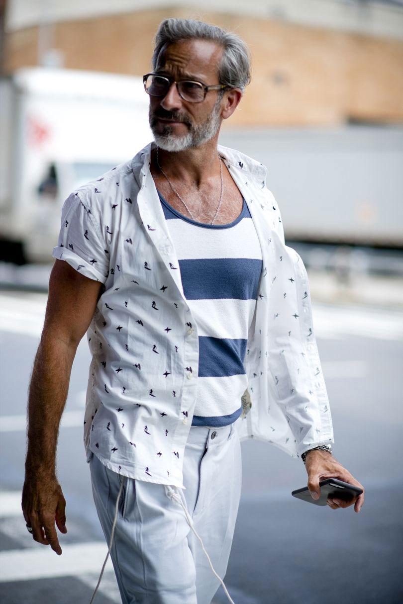 白半袖柄シャツ×紺白ボーダーTシャツ×オフホワイトパンツ