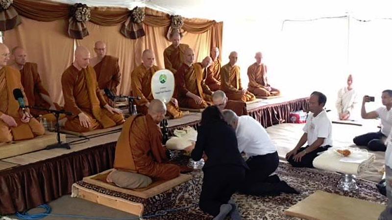 Umat memberikan persembahan kain jubah kepada bhikkhu Sangha dalam upacara Kathina Puja di Vihara Jetavana,