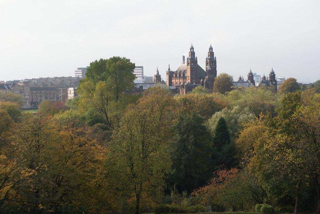 Kelvingrode museum de Glasgow en arrière plan derrière le parc.