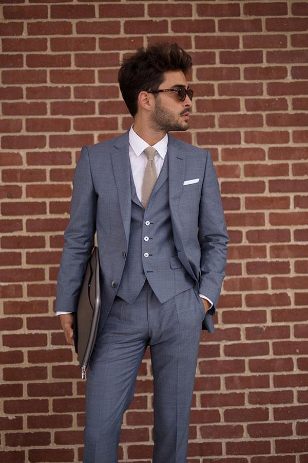 グレー3ピーススーツ×白シャツ×グレーネクタイ