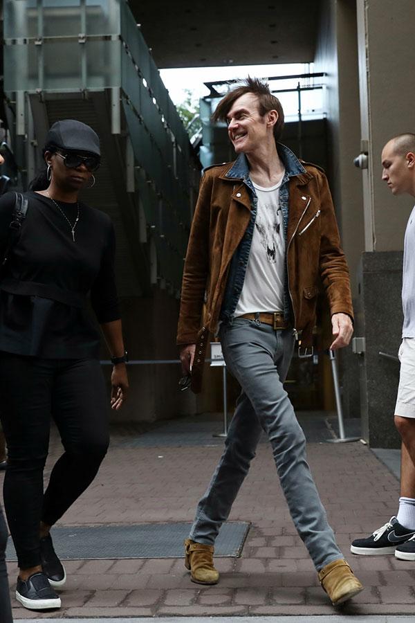 ブラウンスエードダブルライダース×Gジャン×白Tシャツ×グレーデニムパンツ×キャメルスエードリングブーツ