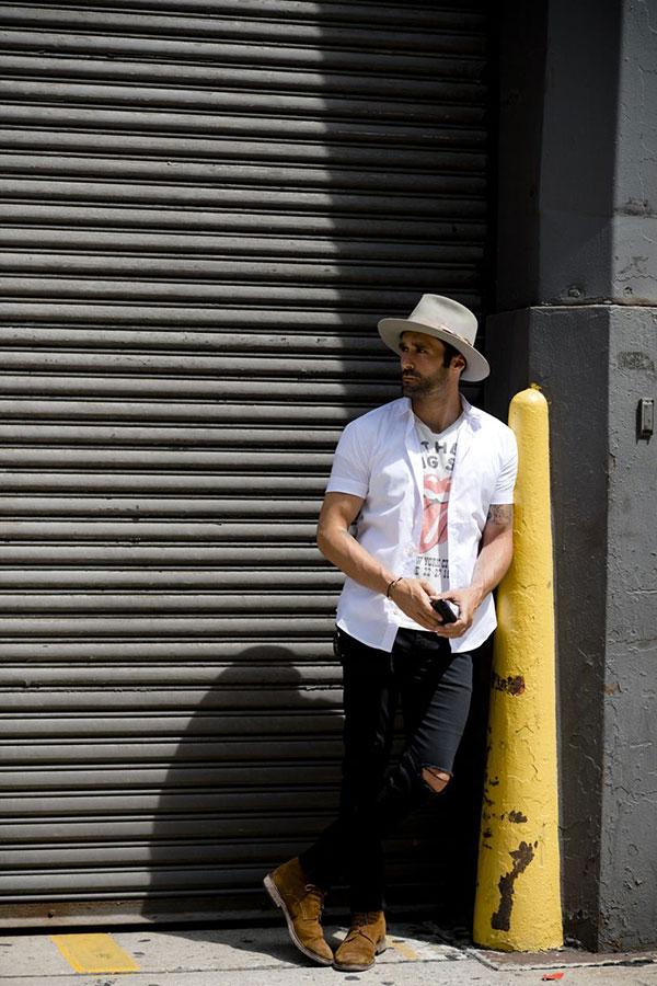 白ハット×白半袖シャツ×白ローリングストーンズTシャツ×黒パンツ×キャメルスエードレースアップブーツ