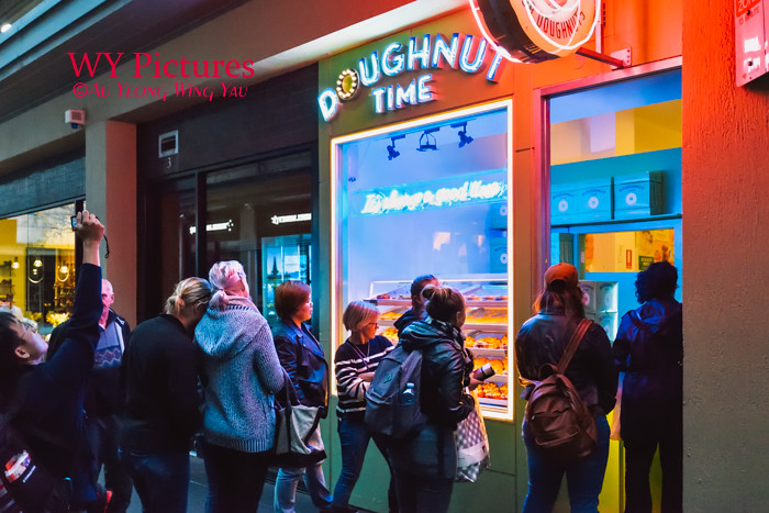 Melbourne 2017:  Crowd Queueing In Front Of The Doughnut Shop