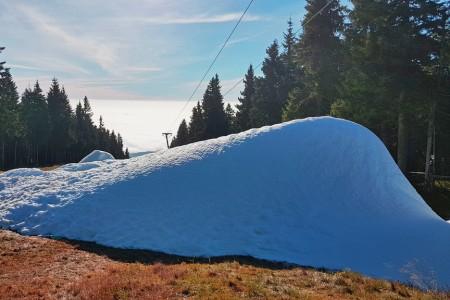 Ačkoliv jsou teploty na vrcholu Černé hory stále nad nulou, první hromady sněhu už tu lidé mohou vidět. K jeho výrobě se využívá zařízení SnowFactory, které umožňuje zasněžovat i v plusových teplotách. První lyžaře b...