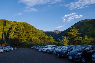 小袖の村営駐車場は平日でも、ほぼ満車