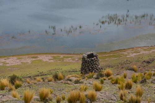 Ein einfacher Grabturm ohne Deckel an einer Lagune.