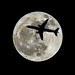 Embraer E170 eclipsing the full moon por ruimc77