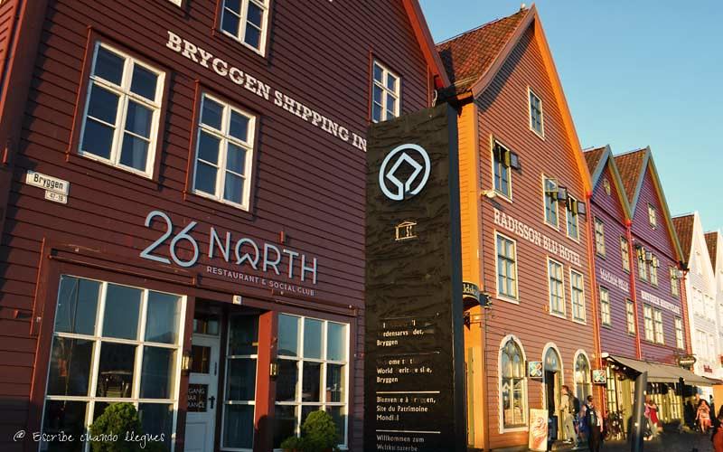 Fachadas pintadas de colores en el barrio portuario de Bryggen, declarado Patrimonio de la Humanidad