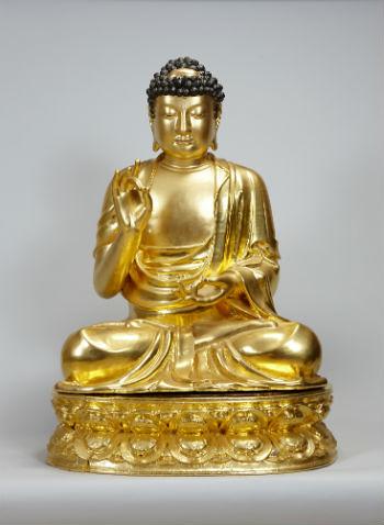 Rupaka kayu Buddha Amitabha bersepuh warna keemasan yang di dalamnya terdapat teks-teks Buddhis.