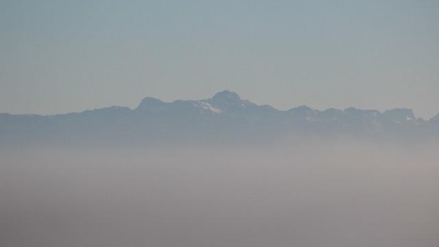 Blick vom Witthoh auf der Schwäbischen Alb über den im Nebel versteckten Bodensee auf den Alpstein mit dem Säntis