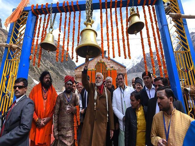 केदारनाथ मन्दिर में दर्शन के लिये आये नरेंद्र मोदी