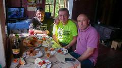 Poczęstunek w domu naszego kierowcy. Siedzimy - kierowca, Tomek (ja) i Koba, miejscowy policjant.