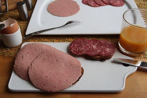 Reine Rinderfleischwurst und Rindersalami auf Holzofenbrot