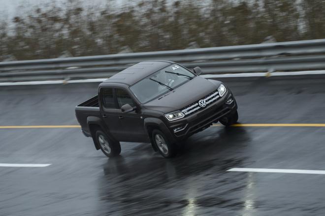 1.採用前雙A臂附防傾桿、後葉片彈簧懸吊系統,搭配3.0升雙渦輪增壓柴油引擎,在高速周回路上以160kmh的車速行進,展現優秀的駕控樂趣與乘適表現。